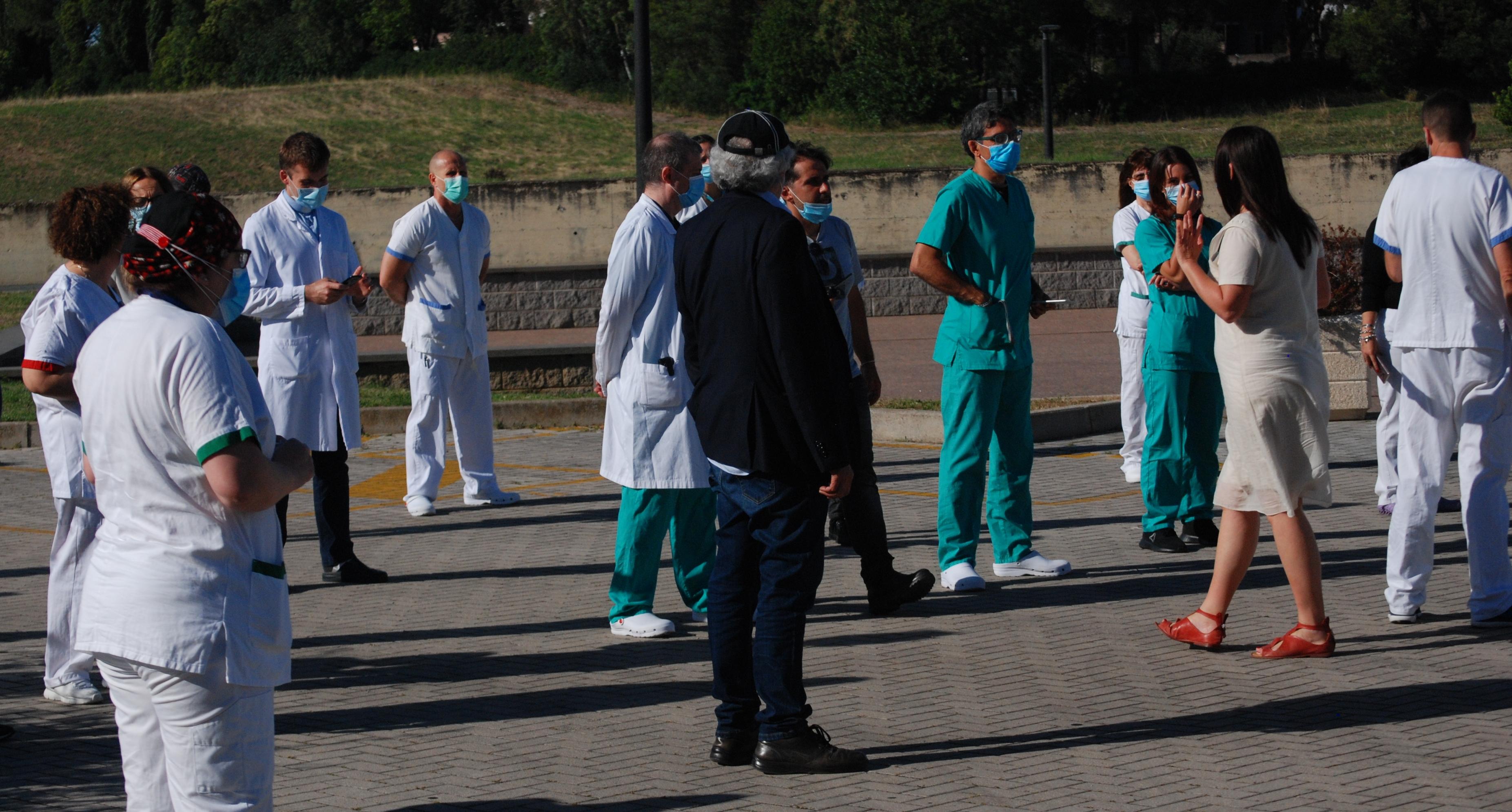 Il personale sanitario in attesa dei passaggi di Fly Team